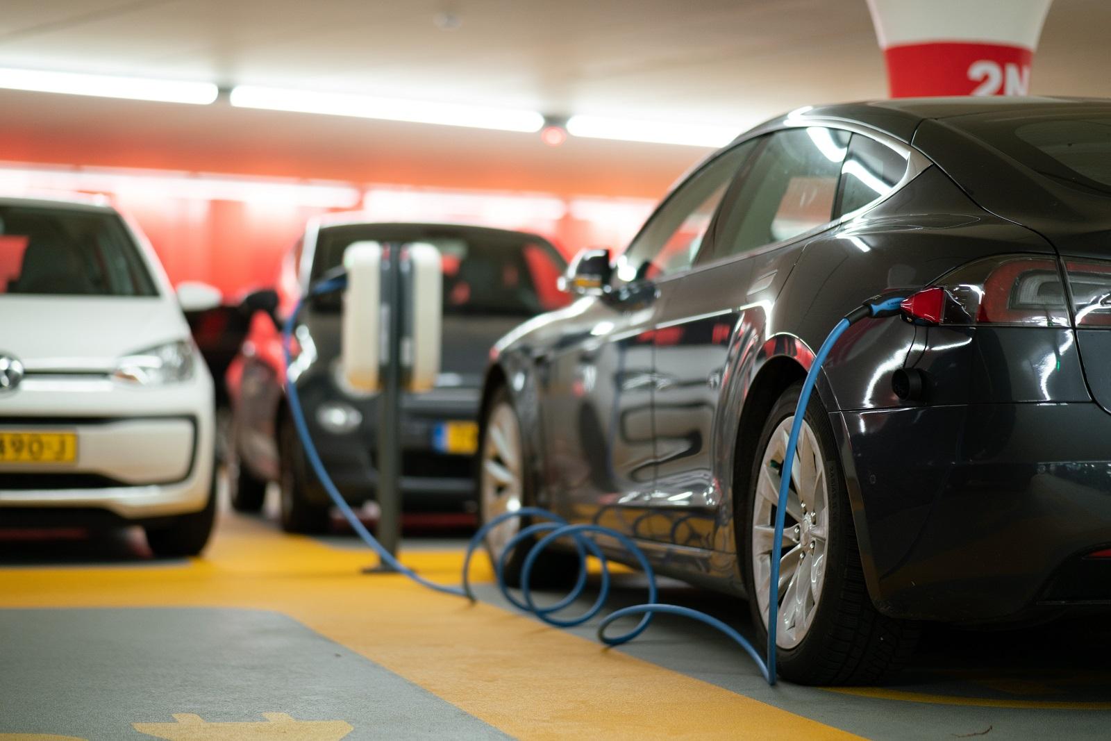 carro elétrico em abastecimento